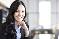 Femme asiatique d'affaires dans le bureau Photos libres de droits