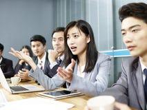 Femme asiatique d'affaires dans une discussion passionnée photographie stock