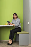 Femme asiatique d'affaires employant la pause-café de café d'In Coworking Center de femme d'affaires de tablette photo libre de droits