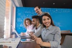 Femme asiatique d'affaires employant le groupe d'hommes d'affaires d'ordinateur portable dans l'équipe diverse centrale de collèg Photographie stock