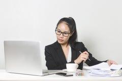 Femme asiatique d'affaires heureuses travaillant avec l'ordinateur portable à la table de fonctionnement blanche photo libre de droits