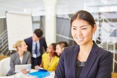 Femme asiatique d'affaires lors de la réunion images stock
