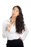 Femme asiatique d'affaires pensant avec des verres Images stock