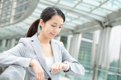 Femme asiatique d'affaires regardant la montre intelligente Photographie stock