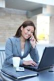 Femme asiatique d'affaires sur l'ordinateur portatif Photo stock