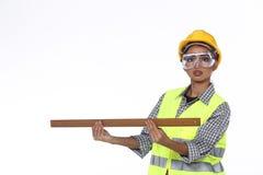 Femme asiatique d'Engineer d'architecte dans le casque antichoc jaune, sécurité vaste Image libre de droits