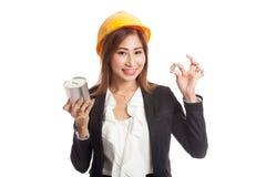 Femme asiatique d'ingénieur avec une pièce de monnaie et une banque de pièce de monnaie Photos libres de droits