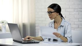 Femme asiatique dactylographiant sur l'ordinateur portable à la maison vérifiant la correspondance, lettres de réponse photo stock