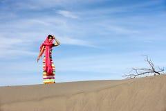 Femme asiatique dans le désert. images libres de droits