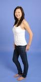 Femme asiatique dans le tanktop blanc et des jeans Images stock