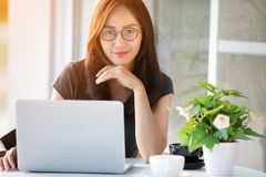 Femme asiatique dans le visage de sourire utilisant l'ordinateur portable Images stock