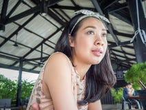 Femme asiatique dans un restaurant Photographie stock libre de droits