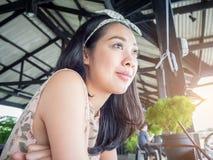Femme asiatique dans un restaurant Photos libres de droits