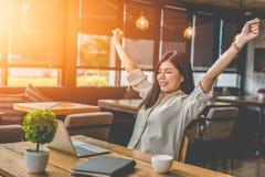Femme asiatique de beauté soulevant deux mains après avoir fini le travail heureusement photos stock