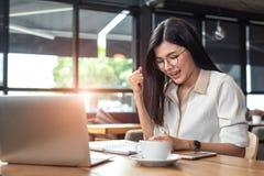 Femme asiatique de beaut? ayant le geste gai apr?s avoir fini le travail heureusement avec l'ordinateur portable en caf? Les gens photos libres de droits
