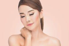 Femme asiatique de Beautifu à la station thermale, portrait de belle femelle avec les yeux fermés du plaisir, cosmétiques naturel Photo stock
