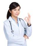 Femme asiatique de docteur avec le signe correct images stock