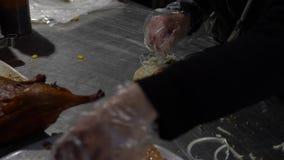 Femme asiatique de mouvement lent faisant le plat délicieux de canard avec l'enveloppe chinoise de crêpe clips vidéos