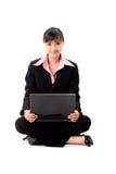 femme asiatique des affaires 20s avec un ordinateur portatif Photos stock