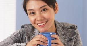 Femme asiatique douce regardant l'appareil-photo photographie stock libre de droits