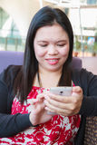 Femme asiatique employant le smartphone Image stock