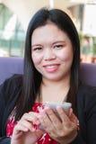 Femme asiatique employant le smartphone Photos libres de droits
