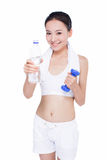 Femme asiatique en bonne santé avec la serviette et la bouteille d'eau Images libres de droits