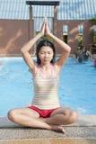 Femme asiatique en position de yoga Images libres de droits