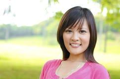 Femme asiatique extérieure photo stock
