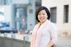 Femme asiatique extérieure photographie stock libre de droits