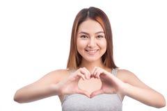 Femme asiatique faisant des gestes la forme de coeur avec des mains, d'isolement sur le blanc Photo libre de droits