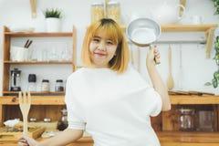 Femme asiatique faisant la nourriture saine tenant le sourire heureux dans la cuisine préparant la salade images stock