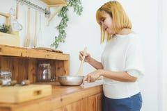 Femme asiatique faisant la nourriture saine tenant le sourire heureux dans la cuisine préparant la salade photo libre de droits