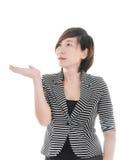 Femme asiatique futée d'affaires sur le fond blanc photo stock