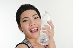 Femme asiatique futée tenant une bouteille de l'eau, concept sain photographie stock
