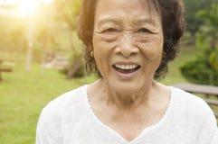 Femme asiatique heureuse d'aînés à extérieur Photo stock