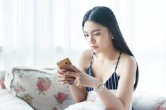 Femme asiatique malheureuse au téléphone - relations et concept de la famille images stock