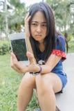 Femme asiatique malheureusement au téléphone intelligent cassé Photographie stock