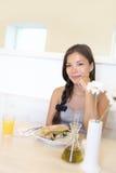 Femme asiatique mangeant au café photo stock