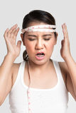 Femme asiatique mesurant sa tête Photos stock