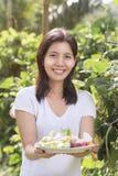 Femme asiatique mignonne de portraits avec de la salade fraîche en main tout préparée image stock