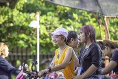 Femme asiatique montant une eau et une farine de jeu de moto pendant le festival de Songkran ou la nouvelle ann?e tha?landaise en images stock