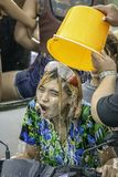 Femme asiatique montant une eau et une farine de jeu de moto pendant le festival de Songkran ou la nouvelle ann?e tha?landaise en photos stock