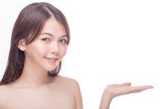 Femme asiatique montrant l'espace pour le produit ou le texte Photos stock