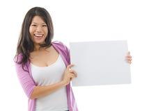 Femme asiatique montrant un panneau de carte vierge photographie stock