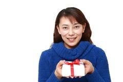 Femme asiatique offrant un cadeau Photos stock