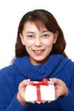 Femme asiatique offrant un cadeau Images libres de droits