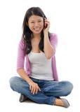 Femme asiatique parlant au téléphone intelligent images stock