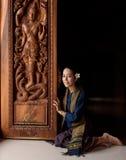 Femme asiatique portant la robe thaïlandaise (traditionnelle) typique Photographie stock