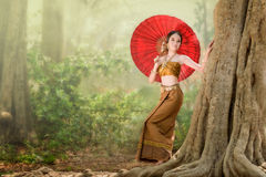 Femme asiatique portant la robe thaïlandaise (traditionnelle) typique Photo stock